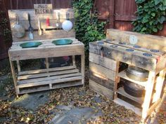 Instructions to build a play kitchen with pallets 11 - Modern Pallet Mud Kitchen Ideas, Mud Kitchen For Kids, Mud Pie Kitchen, Pallet Building, Pallet Shed, Palette Diy, Outdoor Classroom, Diy Pallet Furniture, Outdoor Furniture
