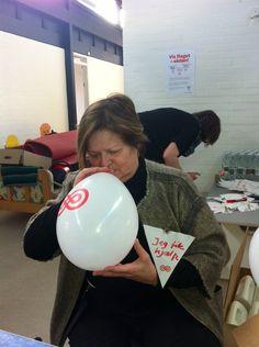 Der er travlt fra morgenstunden på indsamlingsstederne, her i Charlottenlund hvor Elisabeth Sindind er i gang med at puste balloner op. #landsindsamling #visflaget