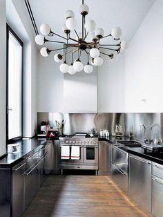 Rostfritt för extra ljus? Måste kombineras med trä eller liknande för att inte ge ett för opersonligt kök.