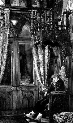 """Luchino Visconti dans le château de Neuschwanstein en Bavière, pendant le tournage de """"Ludwig"""" en 1972"""