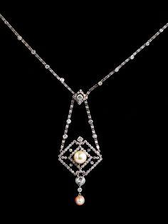 Aus verschieden alten Teilen originell zusammengesetztes Collier besetzt mit zwei boutonförmigen Perlen (wohl Naturperlen), im Durchmesser ca. 9,0 bzw. ca. 6,7 ...