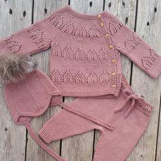 """Da var #hentesettet """"Hjem"""" ferdig. Strikket fra boken #kjærlighetpåpinner @leneholmesamsoe #knitting_inspiration #knit #knitting #knitted #knittinginspiration #knittersofinstagram #instaknit #handmade #kærlighedpåpinde #leneholmesamsøe #dalelerke #dalegarn #houseofyarn_norway"""