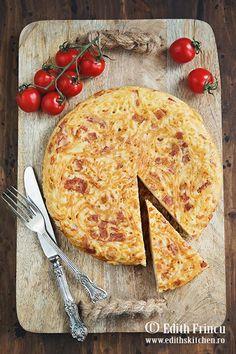 Frittata cu spaghete si bacon - o specialitate de origine napoletana, o omleta mai complexa, cu oua, spaghete, parmezan si bacon. Bacon, Parmezan, Frittata, Vegetable Pizza, Healthy Recipes, Healthy Food, Cheese, Vegetables, Breakfast