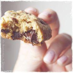 Encore une recette de Cookie... et oui ! Je ne m'en lasse pas personnellement et aime changer de recette de temps en temps ! Cette recette est le mix de ma recette de d'une recette donnée par la jolie Nounoutte ! Moins sucrée que ma recette habituelle,...