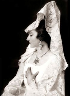 This is a vintage Wedding style photo of Maria Carmi, look at that head piece of lace and the necklace! Spanish Girls, Spanish Woman, Spanish Style, Spanish Hair, Spanish Costume, Flamenco Costume, Dying Of The Light, Ziegfeld Girls, Headpiece