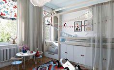 Kreatív és szép gyerekszoba berendezés példa - praktikus ágy sok tárolóhellyel, világos, színes tér, játékos szekrények