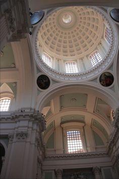 Il Duomo di Urbino ricostruito in stile neoclassico tra il 1789 e il 1801 dopo il terremoto del 12 gennaio 1789. L' edificio precedente risaliva al 1600. - See more at: http://www.globemy.com/urbino