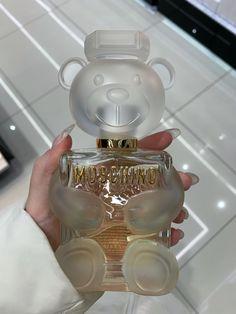 Perfume Scents, Perfume Bottles, Loción Victoria Secret, Parfum Chic, Perfume Organization, Perfume Display, Dolce E Gabbana, Perfume Collection, Aesthetic Makeup