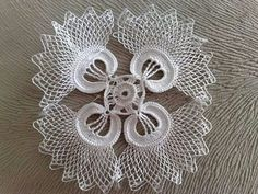 This Pin was discovered by HUZ Crochet Quilt, Crochet Art, Crochet Home, Thread Crochet, Crochet Motif, Crochet Doilies, Crochet Flowers, Crochet Stitches, Unique Crochet