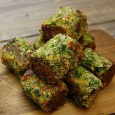 Broccoli har virkelig aldrig smagt bedre. Ja, man glemmer faktisk helt, at det er broccoli, man spiser. Og så er de også nemme at lave. Mums! Hvem skal spise hapsere sammen med dig? Du skal bruge: Til ca. 15 hapsere 3 skalotteløg 350 g. frossen broccoli eller ca. 5 dl. 1 håndfuld persille 1 æg … Easy Snacks, Easy Healthy Recipes, Veggie Recipes, Vegetarian Recipes, Cooking Recipes, I Love Food, Good Food, Yummy Food, Scandinavian Food