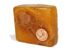 JABÓN CON LUFA (100 gr.) (Esponja natural)  PROPIEDADES: Suave exfoliante que desprende las células muertas de la piel. Útil en el cuidado y limpieza de codos y talones, estimula la circulación sanguínea, al dar un ligero masaje.