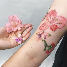 Artista desenha tatuagens botânicas usando plantas vivas | As coisas mais criativas do mundo
