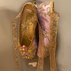 Sweet pink and white decorated pointe shoe. Wedding Shower Decorations, Baby Shower Centerpieces, Organza Flowers, Lace Flowers, Floral Ballet Shoes, Shoe Crafts, Ballet Crafts, Gold Lace, Shoe Art