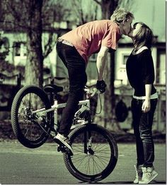 bmx instead of motorcycle. Kiss Pictures, Couple Pictures, Sweet Kisses, Tumblr Photography, Creative Photography, Senior Photography, Couple Photography, Foto Pose, Favim