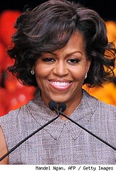 Michelle Obama Short Curls Michelle Obama looked sassy with this short curly 'do during a Walmart event. Barrack And Michelle, Michelle And Barack Obama, Medium Curls, Short Curls, Joe Biden, Michelle Obama Hairstyles, Michelle Obama Fashion, Robinson, Star Wars