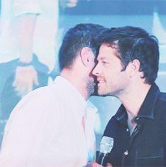 Mi favorito es este, porque miren bien donde pone su mano Jensen♥