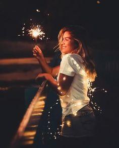 Lichterketten Liebe - Fotoideen mit Bokeh Alarm Fairy lights portrait photography: low budget idea h Diwali Photography, Tumblr Photography, Light Photography, Creative Photography, Sparkler Photography, Magical Photography, Photography Photos, 4th Of July Photography, Picture Poses