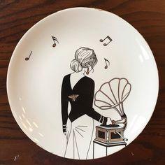 Siyah elbiseli gramofonlu kız tabak