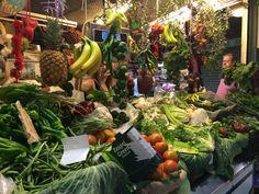 En el parte posterior en la planta baja, puede comprar muchas frutas y veraduras frescas. Este parte del Mercado huelen mucho mas major que el parte con pescado y mariscos.