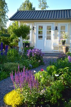 Its a beautiful Wednesday in this Finnish kitchen garden belonging to 🌿💖🌿 One of my favorite… Colonial Garden, She Sheds, Floating House, Garden Cottage, Front Yard Landscaping, House Front, Beautiful Gardens, Outdoor Gardens, Garden Design