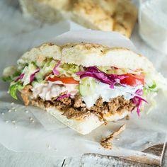 Statt das Fleisch einfach nur weg zu lassen, wird ein guter Veggie Döner mit Grillgemüse vollgepackt und mit knusprigen Süßkartoffelchips getoppt.