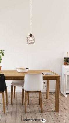 Die Gestaltung des Essbereichs beginnt mit der Grundausstattung des Raums und setzt sich mit der Auswahl der Esszimmermöbel fort. Mit geschickt platzierten Lichtquellen und einer passenden Dekoration schaffst Du ein behagliches Ambiente – hier bekommst Du hilfreiche Inspirationen. Dining Table, Inspiration, Furniture, Home Decor, Table, Ad Home, Homes, Essen, Dekoration