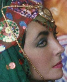 Elizabeth Taylor's interpretation of an Oriental Odalisque seen through the lens of Firooz Zahedi. A chador-clad Elizabeth Taylor capture. Elizabeth Taylor, Edward Wilding, Farah Diba, Classic Hollywood, Old Hollywood, Most Beautiful Women, Beautiful People, Divas, Leila
