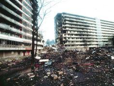 Verwoeste flats na de Bijlmerramp in 1992. Boyer, M. (1992). De overblijfselen van de flat. Opgeroepen op februari 15, 2015 van NRC: http://www.nrc.nl/nieuws/2012/10/04/slachtoffers-bijlmerramp-herdacht/