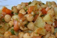 Aloo Chana Chaat A delicious street (fast) food made with boiled chickpeas and potatoes. Afghan Food Recipes, Veg Recipes, Ground Beef Recipes, Indian Food Recipes, Vegetarian Recipes, Cooking Recipes, Healthy Recipes, Pakora Recipes, Curry Recipes