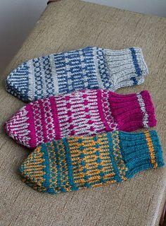 Fingering, Ravelry: Nagu Trad pattern by Elina Urmas, dk Mittens Pattern, Knit Mittens, Knitted Gloves, Fair Isle Knitting, Free Knitting, Knitting Patterns, Wrist Warmers, Hand Warmers, Crochet Cross