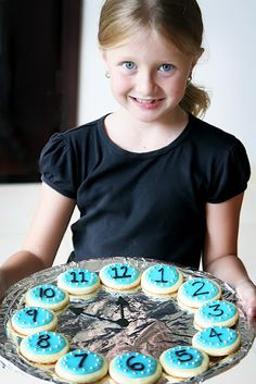 Throwing a kid-friendly celebration to ring in the New Year this year? Here are some fun New Year's Eve Party Foods especially for them. New Years With Kids, Kids New Years Eve, New Years Party, New Years Eve Party Ideas Food, Holiday Treats, Holiday Fun, Holiday Parties, New Year's Eve Countdown, Countdown Clock
