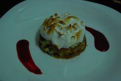 Prajitura Petre Roman cu sos de zmeura si trandafiri Breakfast Recipes, Dessert Recipes, Petra, Roman, Deserts, Dishes, Free, Little Cottages, Tablewares