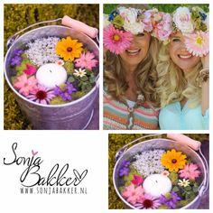 Tip! Ik hou enorm van bloemen Vul een leuke emmer met water, een drijfkaars en verschillende bloemen en jou terras ziet er fleurig uit✔️ www.sonjabakker.nl