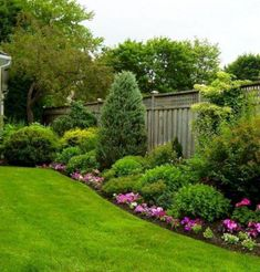 9 ideas for small, cheap and low maintenance gardens Create a beautiful and low maintenance garden incorporating river rock; with a dry stream and using river rock to accent your garden. Small Front Yard Landscaping, Small Backyard Design, Backyard Garden Design, Small Backyard Landscaping, Backyard Ideas, Fence Ideas, Backyard Privacy, Backyard Designs, Landscaping Along Fence