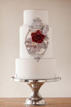 Dale un sutil toque de La Bella y la Bestia a tu pastel. | 33 maneras sutiles de agregar tu amor por Disney en tu boda