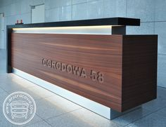 A long reception desk, made of natural, collected … – Table Ideas Office Counter Design, Cash Counter Design, Reception Counter Design, Office Reception Design, Modern Reception Desk, Office Table Design, Reception Furniture, Modern Office Design, Office Furniture Design