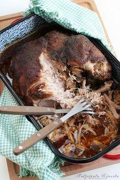 Łopatka wieprzowa długo pieczona. Pulled pork, czyli wyczesana (rwana, szarpana) wieprzowina. Dodatek do mięsnych kanapek.