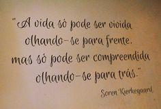 A vida só pode ser vivida olhando-se para frente, mas só pode ser compreendida olhando-se para trás. | Soren Kierkegaard | Café Mennon - Curitiba