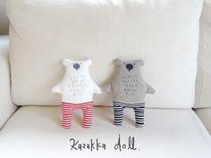 今日はクマ。色見はシンプルだけど、ローライズなズボンでマッチョさをアピール(笑) ネコと同じでおすましさんなのである。 -------------------------- Softies, Plushies, Fabric Dolls, Baby Items, Sewing Projects, Bear, Crafty, Toys, Interior
