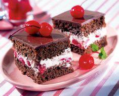 Cherry and chocolate cake Food Cakes, Cupcake Cakes, Cupcakes, Chocolate Cherry Cake, Cake Recipes, Dessert Recipes, Delicious Deserts, Food Website, How Sweet Eats
