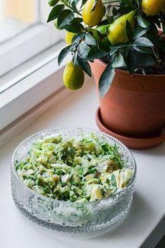 Kesän paras salaattiohje tulee tässä. Tämä resepti taipuu ties kuinka moneksi eri variaatioksi ja valmistuukin muutamassa minuutissa. Veggie Recipes, Salad Recipes, Cooking Recipes, Free Recipes, I Love Food, Good Food, Yummy Food, Salty Foods, Summer Dishes