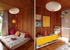 No quarto de Raul, o casal optou pelo futon no lugar do berço. Zabutons, da Futon Company. Na lateral, luminária de papel-arroz laranja e cu...