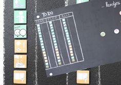 Todo lijstje voor de kids... Beschilder een paneel met magnetische verf gevolgd door schoolbordverf... Voorzie enkele magneten met iconen, zodat de taakjes visueel en duidelijk zijn voor de kinderen... Eens de taak volbracht verschuiven ze zelf het magneetje naar de 'DONE-kolom' Elke avond passen we de planning voor de dag nadien aan...  Should do the trick! ;-)