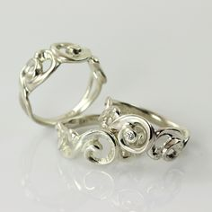 he curls wind themselves softly around each other and create an airy lace of silver/gold. The ring is narrow at the back and is therefore very comfortable to wear, despite its apparent size. Perfect as favorite ring, engagement ring or wedding ring. This is a very beautiful ring itself, but you can make it truly personal by adding bubbles, more diamonds or other beautiful gemstones.