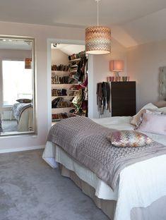 Pernilla Wahlgrens sovrum i skön hotellstil. Väggarna är målade i nyansen Balett, Alcro. Heltäckande matta, Silky, nyans 227790, Golvabia. B...