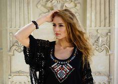 Blogerka modowa Dominika Costro stylizauje z biżuterią Fuerza. Bransoleta Fuerza - ze skóry i stali szlachetnej z magnetycznym zapięciem oraz bransoletka z kamieni naturalnych. #fuerza #stylizacja #collection #kolekcja #fashion #stylization #kobieta  #woman #look #bransoletki #bransoletka #blog #blogerka #bransolety #bracelets #bracelet #jewelry