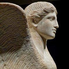 Sfinge  in marmo - testa femminile con ali di uccello (120-140 d.C.) Villa romana di Antonino Pio a Monte Cagnolo, vicino a Roma - Italia