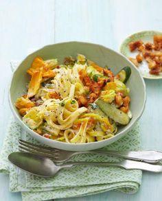Früchte und Zucchiniblüten zur Tagliatelle mit Ricotta-cremiger Sauce, dazu kräftiger Manchego, Wermut-Rosinen und mit Paprikapulver gewürzte Croûtons.