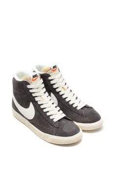 NIKE Blazer Mid Suede Vintage - Women s - Limited edition - Inspired by  Nike s 70s basketball 9329997a1b09