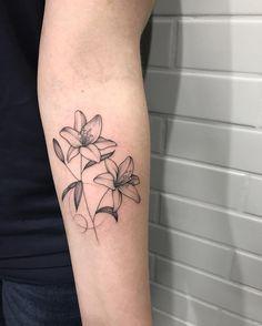 Tattoo Artist SÃO PAULO • Owner @inkdomus • Não faço orçamentos por DM 📱 Whats: 11 94338-8282 ✨ Abertura da agenda Fev/Mar 2017 dia 22/11 às 22:11 ✨ Small Lily Tattoo, Lily Flower Tattoos, Small Tattoos, Mommy Tattoos, Future Tattoos, Love Tattoos, Piercings, Piercing Tattoo, Lily Tattoo Design